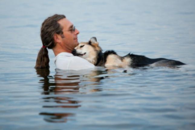 Фото мужчины и 19-летнего пса трогает, вдохновляет